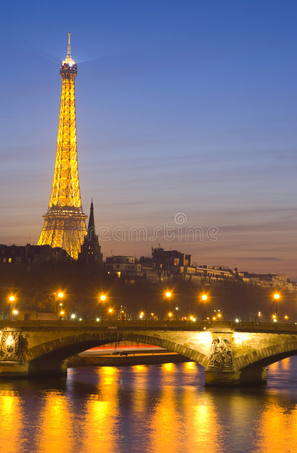 tour de seine de fleuve d'Eiffel photo stock