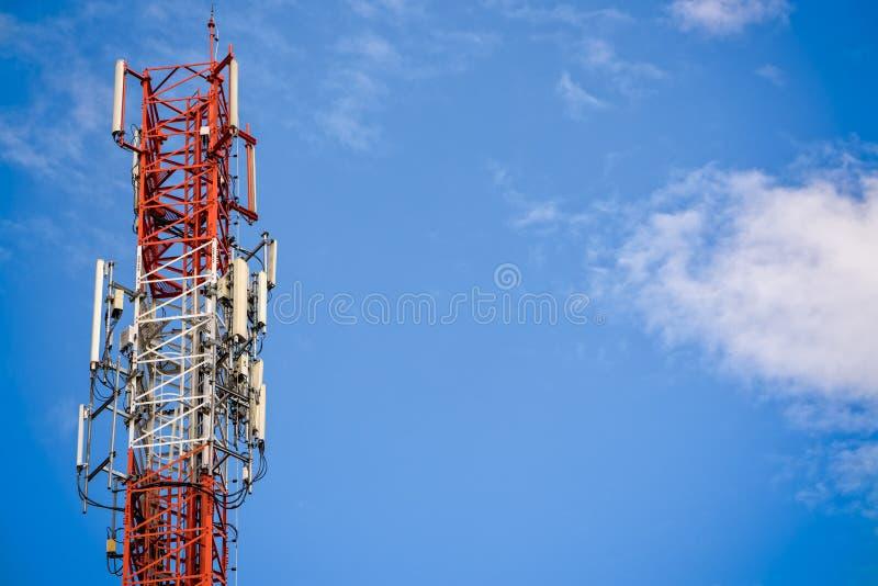 Tour de signal de téléphone portable images stock