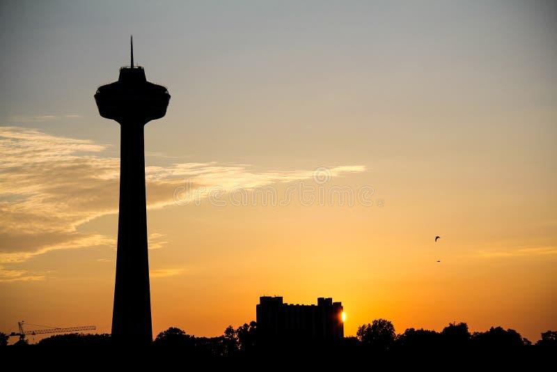 Tour de Skylon de coucher du soleil de chutes du Niagara image stock