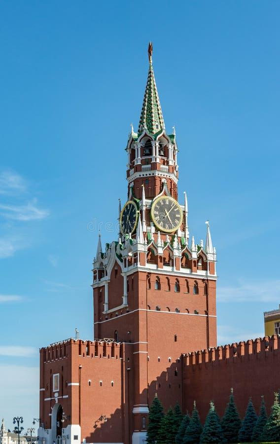 Tour de Spasskaya contre le ciel bleu avec les nuages blancs kremlin photo libre de droits