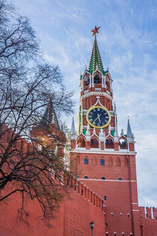 Tour de Spasskaya, la tour principale avec un à travers-passage sur le mur oriental de Moscou Kremlin - Moscou, Russie images libres de droits