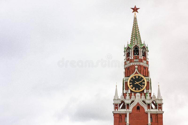 Tour de Spasskaya de Moscou Kremlin contre le ciel blanc photographie stock