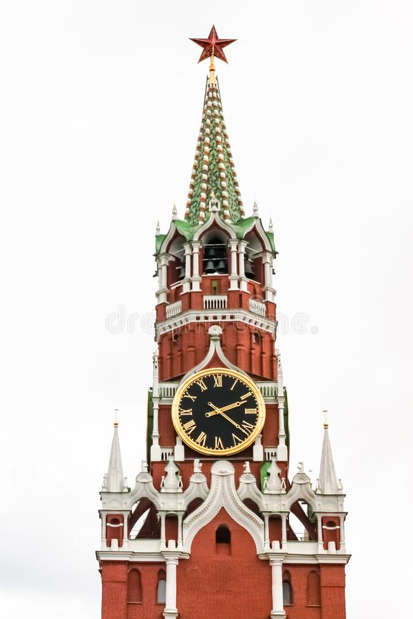 Tour de Spasskaya de Moscou Kremlin contre le ciel blanc photo stock