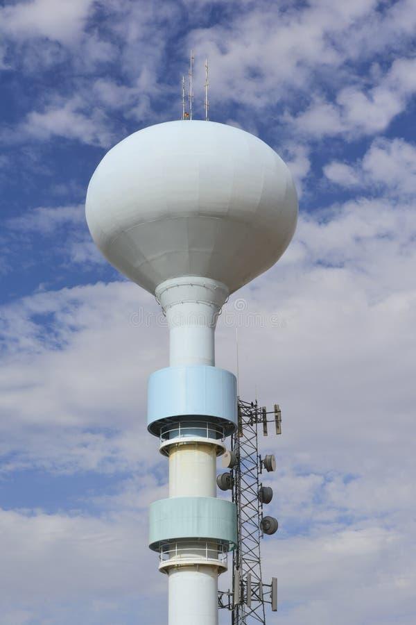 Tour de stockage de l'eau contre un beau ciel bleu photos libres de droits