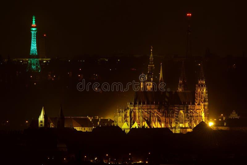 Tour de surveillance de Petrin dans la couleur verte de Patrick Day de saint avec le château de Prague et la cathédrale la nuit image libre de droits