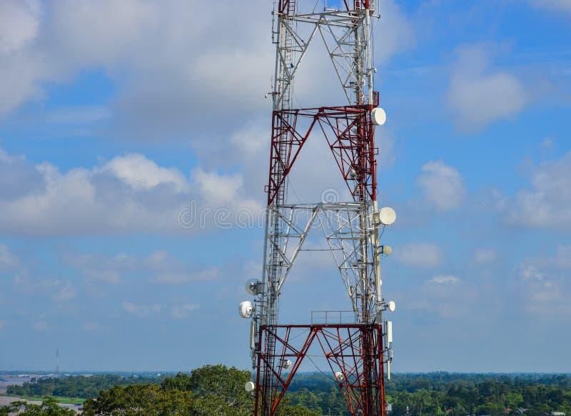 Tour de télécom sous le ciel bleu image libre de droits