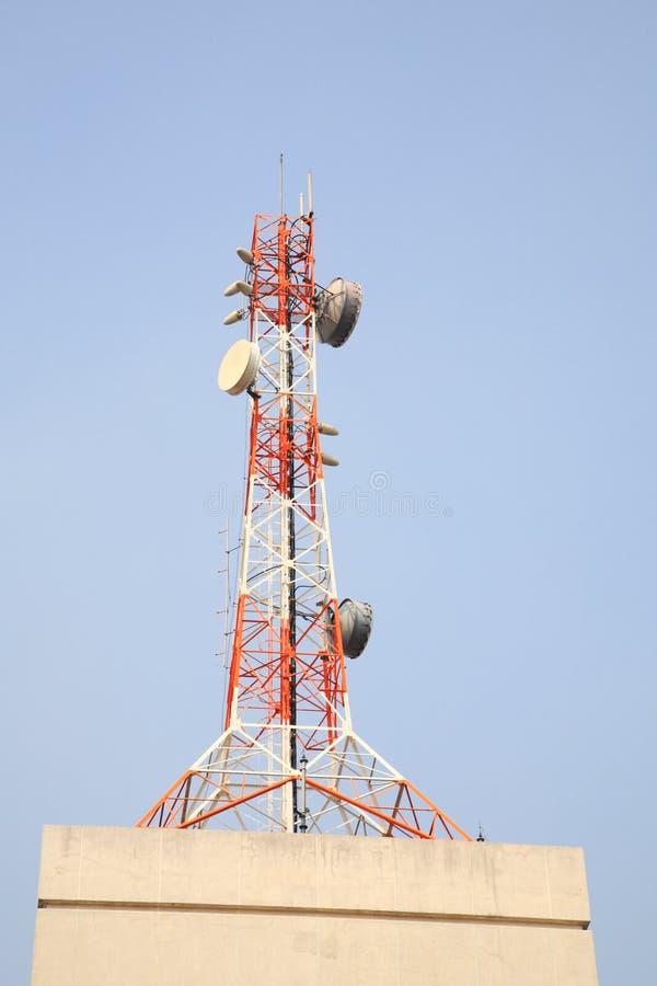 Tour de télécom sur le bâtiment photos libres de droits
