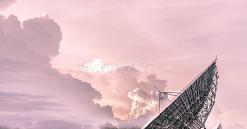 Tour de télécommunication après coucher du soleil images stock
