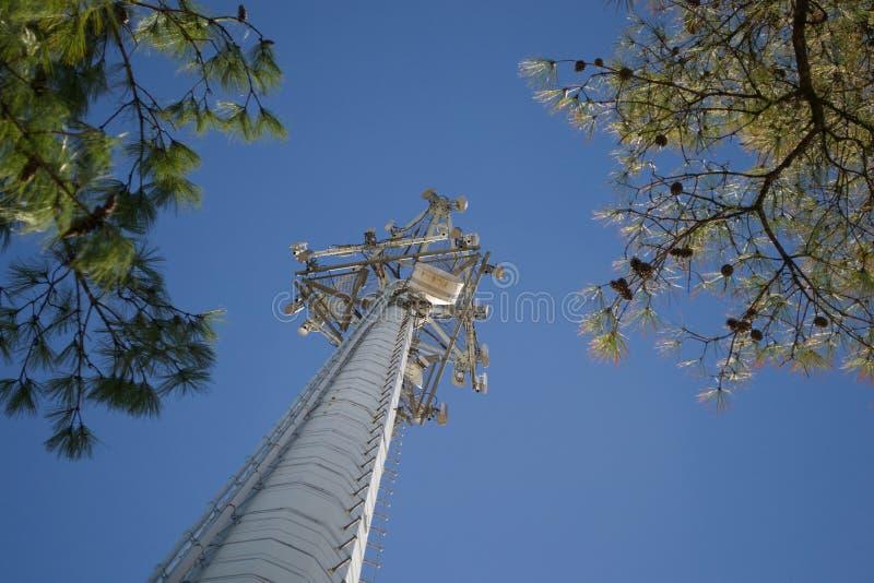 Tour de téléphone portable atteignant au ciel photo stock
