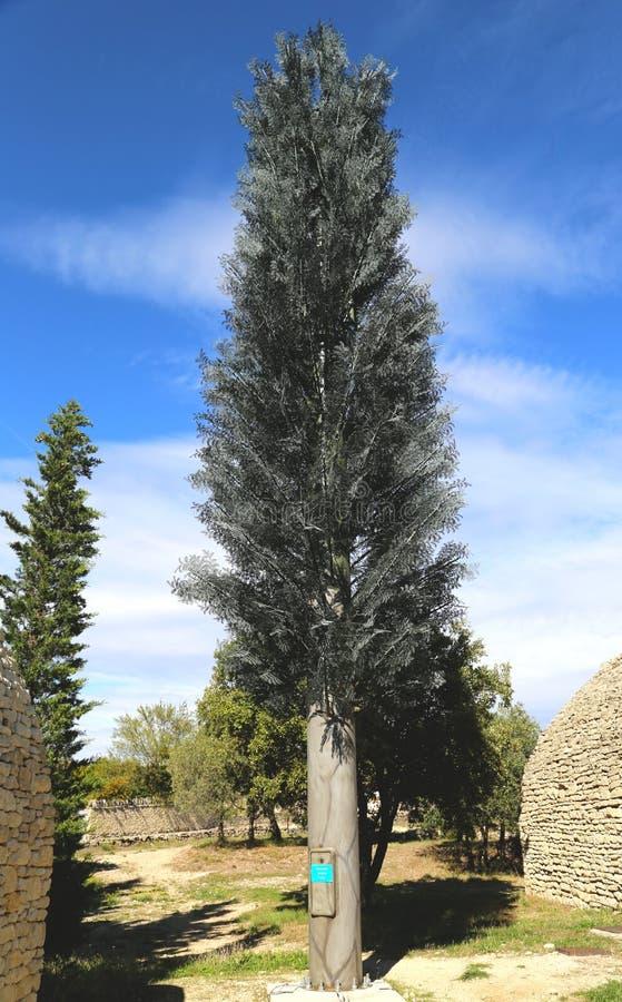Tour de téléphone portable déguisée comme arbre photographie stock