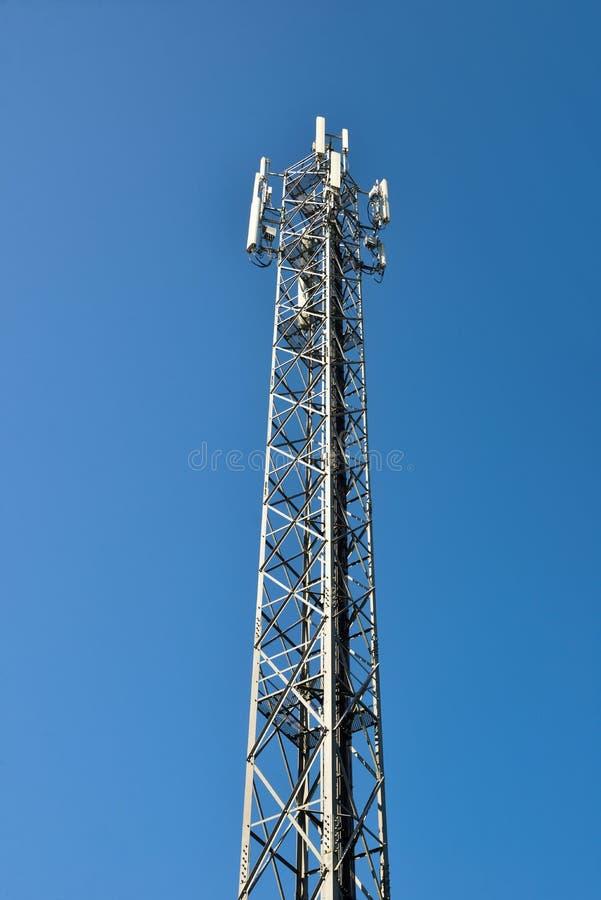 Tour de téléphone portable ou site mobile de cellules avec le fond clair de ciel bleu photos stock