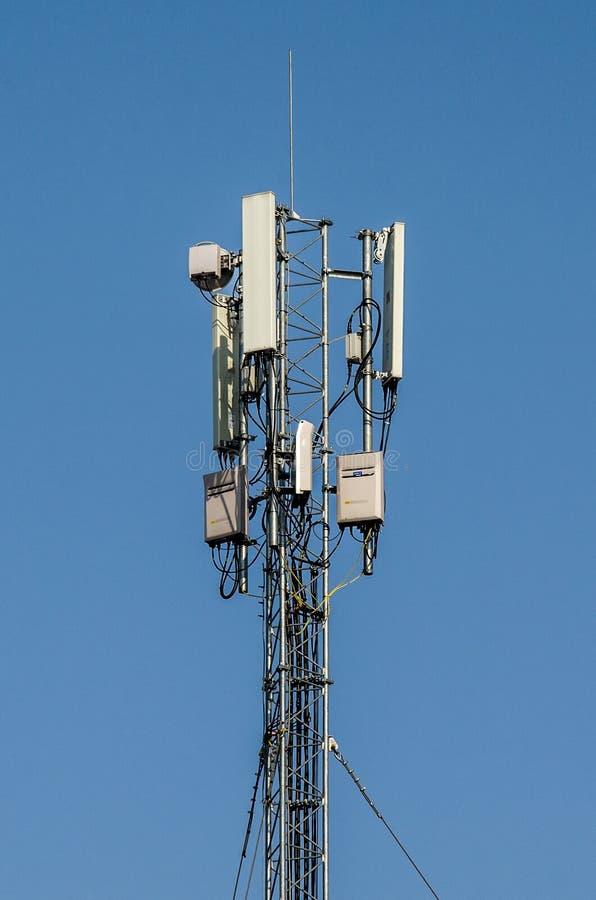 Tour de téléphone portable sur un fond bleu tour d'antenne par radio photo libre de droits