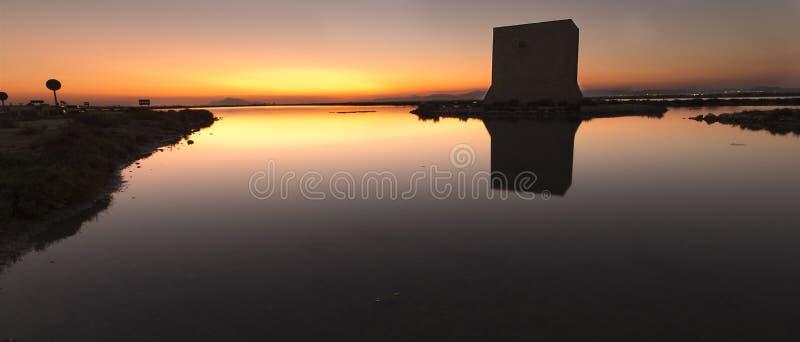 Tour de Tamarit au coucher du soleil dans la ville de Santa Pola image libre de droits