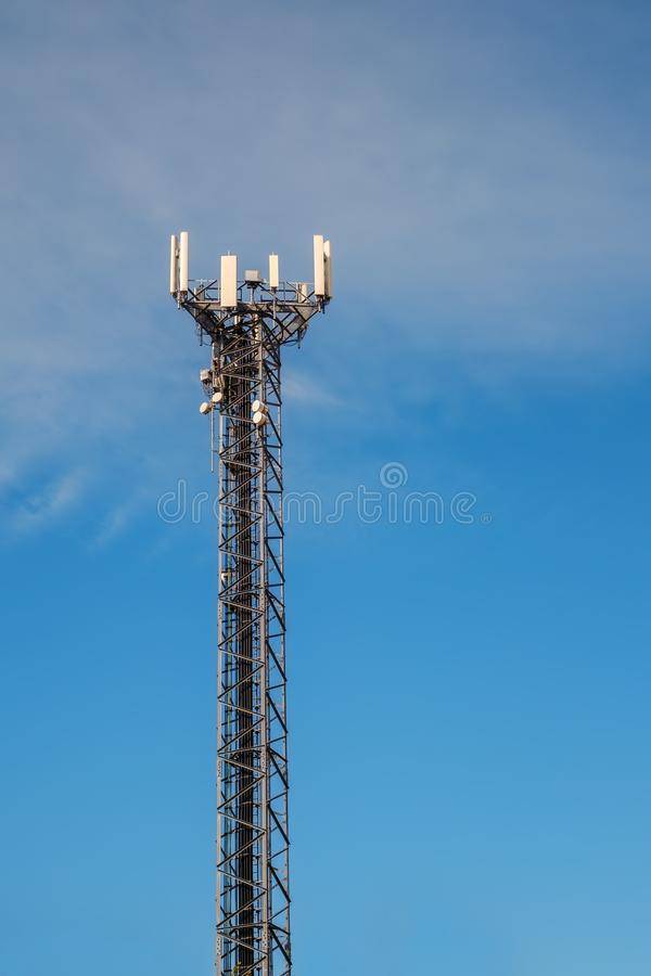 Tour de telecomunication de téléphone portable images stock