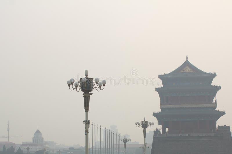 Tour de Tiananmen enveloppée par le brouillard lourd et la brume photos stock