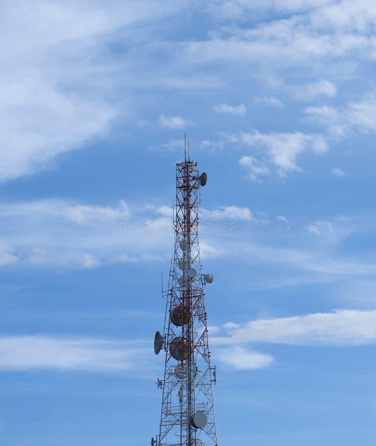 Tour de transmissions avec un beau ciel bleu photo libre de droits