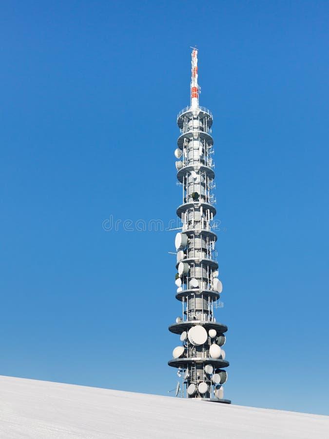 Tour de transmissions sur une crête de montagne de Milou image libre de droits