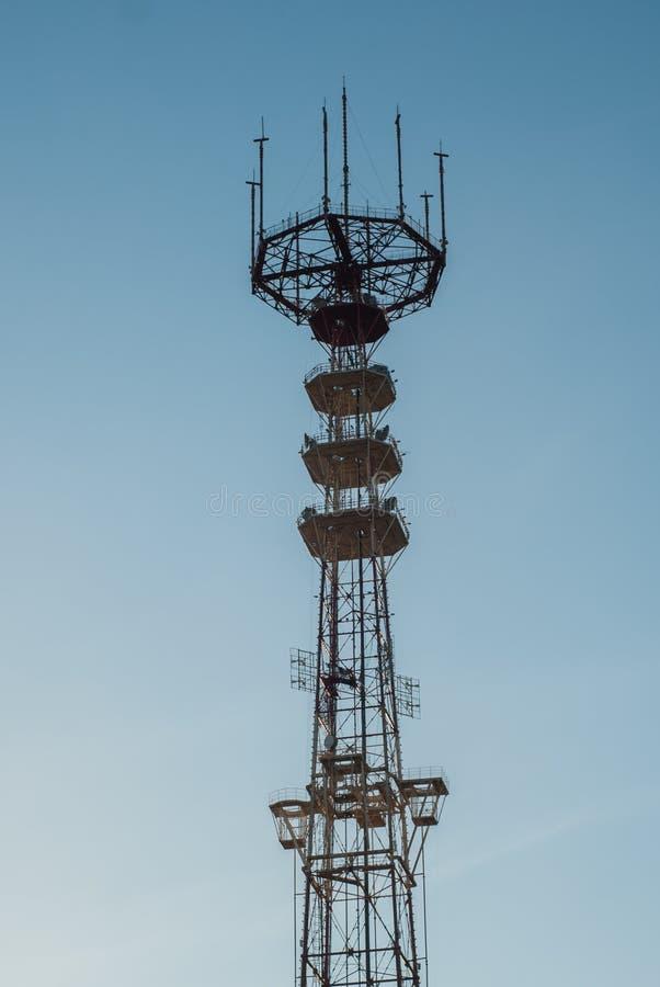 Tour de TV avec des antennes, bâtiment de télécommunication, photos stock