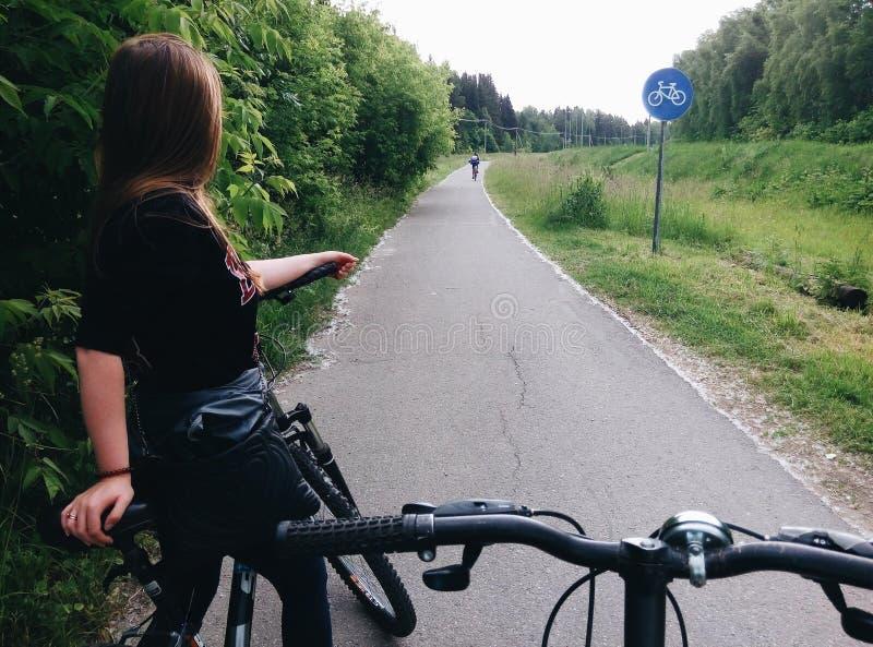 Tour de vélo avec un ami photos libres de droits
