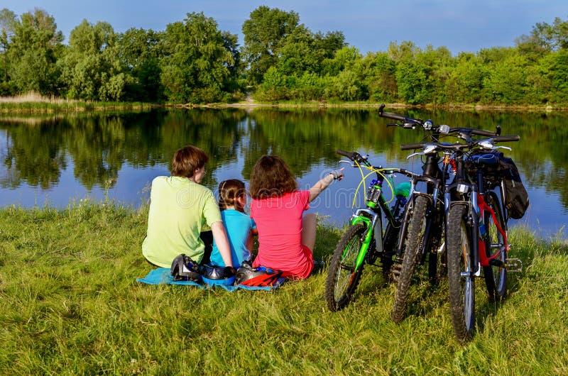 Tour de vélo de famille dehors, parents et recyclage actifs d'enfant photos libres de droits