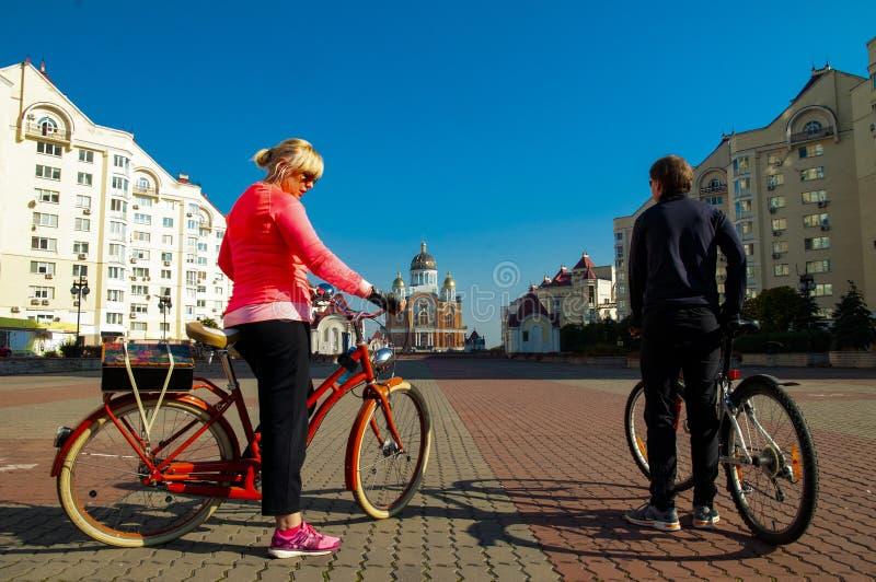 Tour de vélo de famille par de beaux endroits de Kiev, Ukraine photos libres de droits