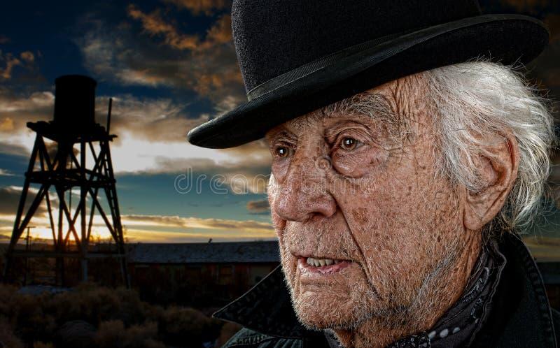 Tour de vieil homme et d'eau au coucher du soleil photos stock