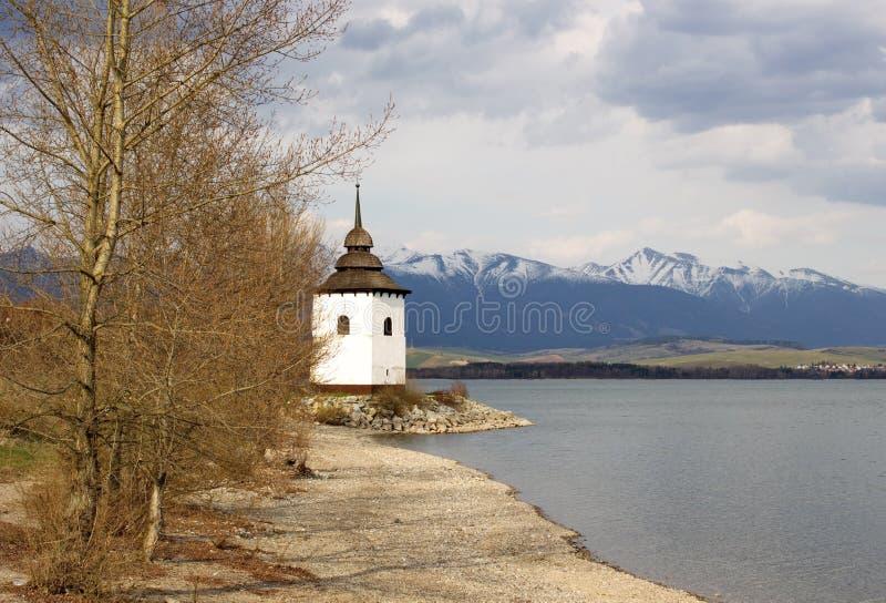 Tour de vieille église sur la côte de Liptovska Mara, Slovaquie image stock