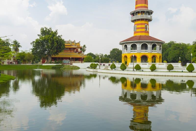 Tour de Withun Thasana avec le ciel flou à la PA de coup dans le palais d'été à Ayutthaya image stock