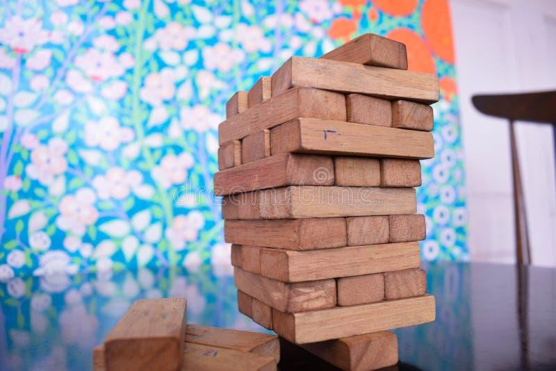 Tour des blocs en bois équilibrés sur un bloc simple sur une table de bureau Concept d'affaires image libre de droits