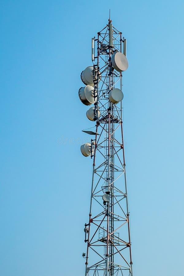 Tour des communications avec avec beaucoup de différentes antennes images libres de droits