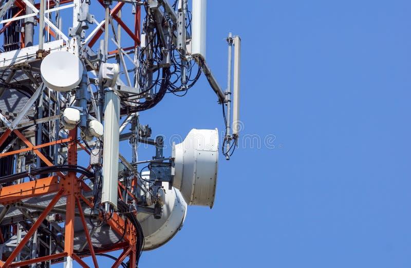 Tour des communications avec avec beaucoup de différentes antennes sous le ciel clair photo libre de droits