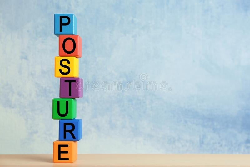 Tour des cubes colorés avec le mot POSTURE photographie stock