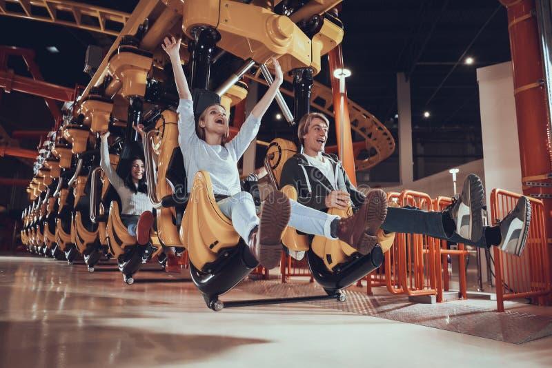 Tour des jeunes sur des attractions image libre de droits