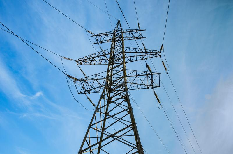 Tour des lignes électriques à haute tension contre le ciel bleu Transmission de l'?lectricit? image libre de droits