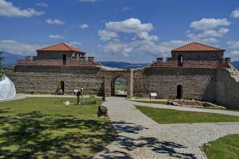 Tour deux avec le grand mur en pierre image libre de droits