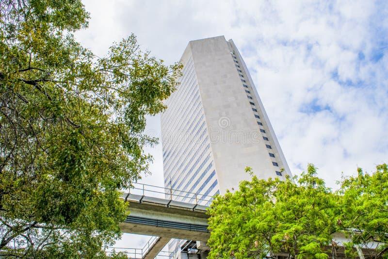 Tour du centre de Miami et le rail de métro images stock