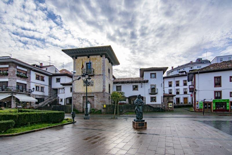 Tour du palais Pintu et de la statue en bronze d'un vieil Asturien à Cangas de onis, Asturies images stock