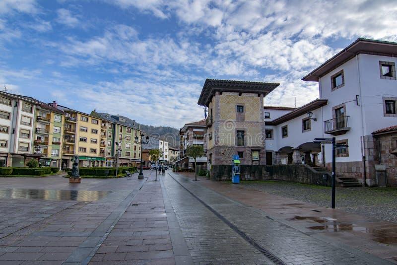 Tour du palais Pintu et de la statue en bronze d'un vieil Asturien à Cangas de onis, Asturies photos stock