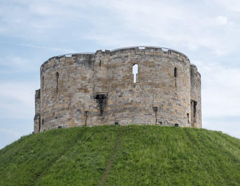 Tour du ` s de Clifford, construite en haut d'un monticule par William le conquérant Site de suicide et de massacre juifs des jui images stock