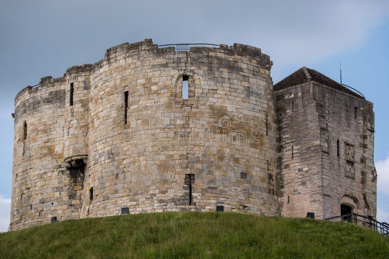 Tour du ` s de Clifford, construite en haut d'un monticule par William le conquérant Site de suicide et de massacre juifs des jui photos stock