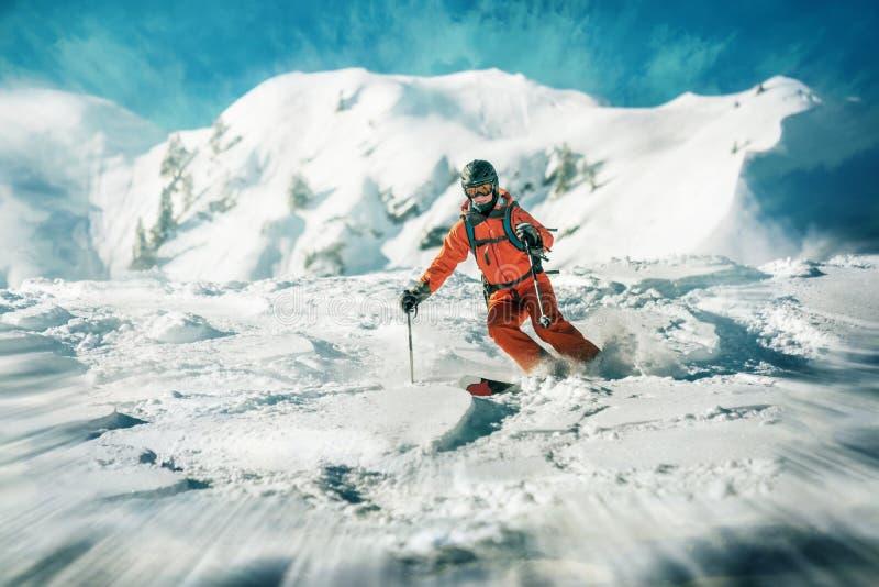Tour dynamique de skieurs féminins dans la neige profonde image stock