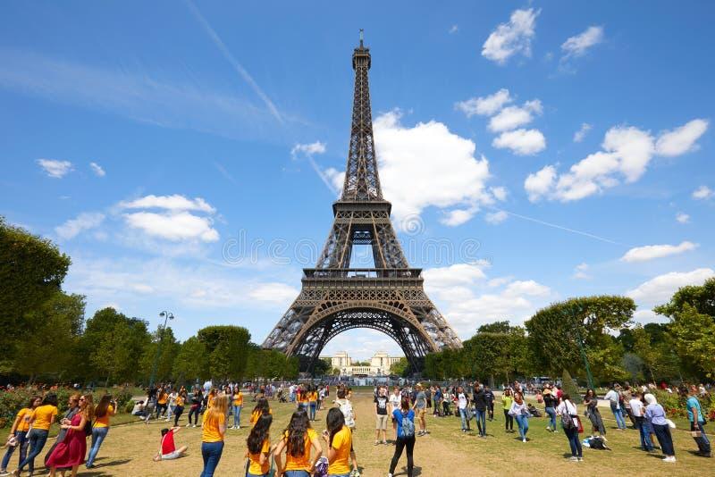 Tour Eiffel ? Paris et le domaine vert du pr? de Mars avec des personnes et des touristes dans un jour d'?t? ensoleill? photo libre de droits
