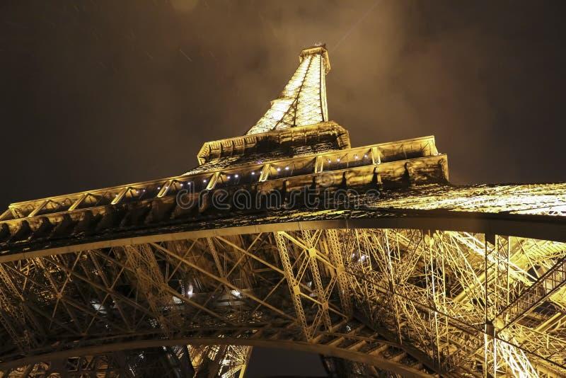 Tour Eiffel à Paris, France la nuit photographie stock libre de droits
