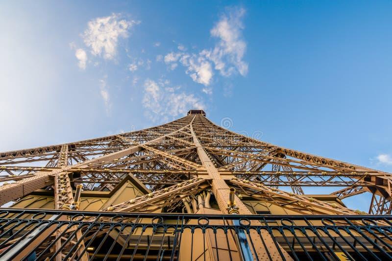 Tour Eiffel atteignant dans le ciel images stock