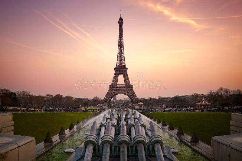 Tour Eiffel au coucher du soleil photo stock