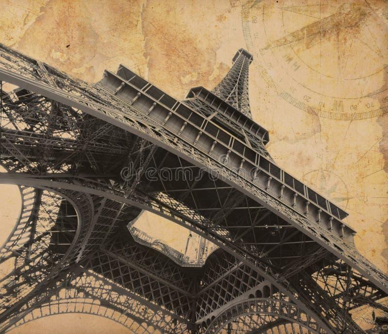 Tour Eiffel au-dessus de vieille carte d'aventure photos libres de droits