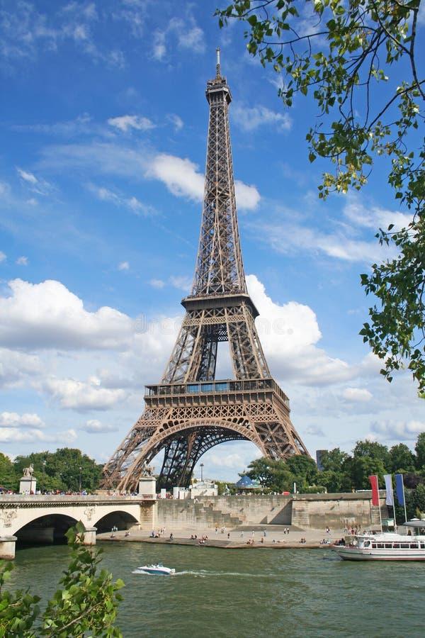 Tour Eiffel au-dessus du fleuve Sene. Paris, France image stock