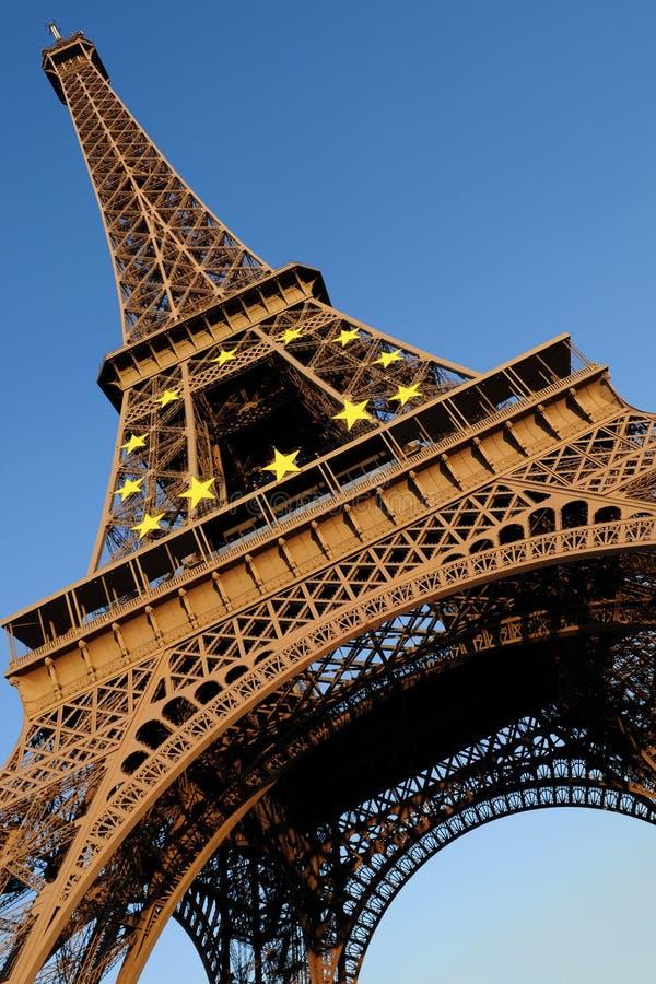 Tour Eiffel avec le cercle européen du symbole d'étoiles photographie stock libre de droits