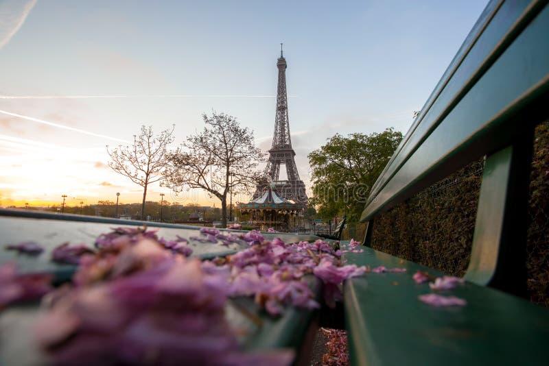 Tour Eiffel avec le ressort part à Paris, France images stock