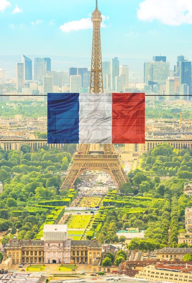 Tour Eiffel avec masque chirurgical images stock